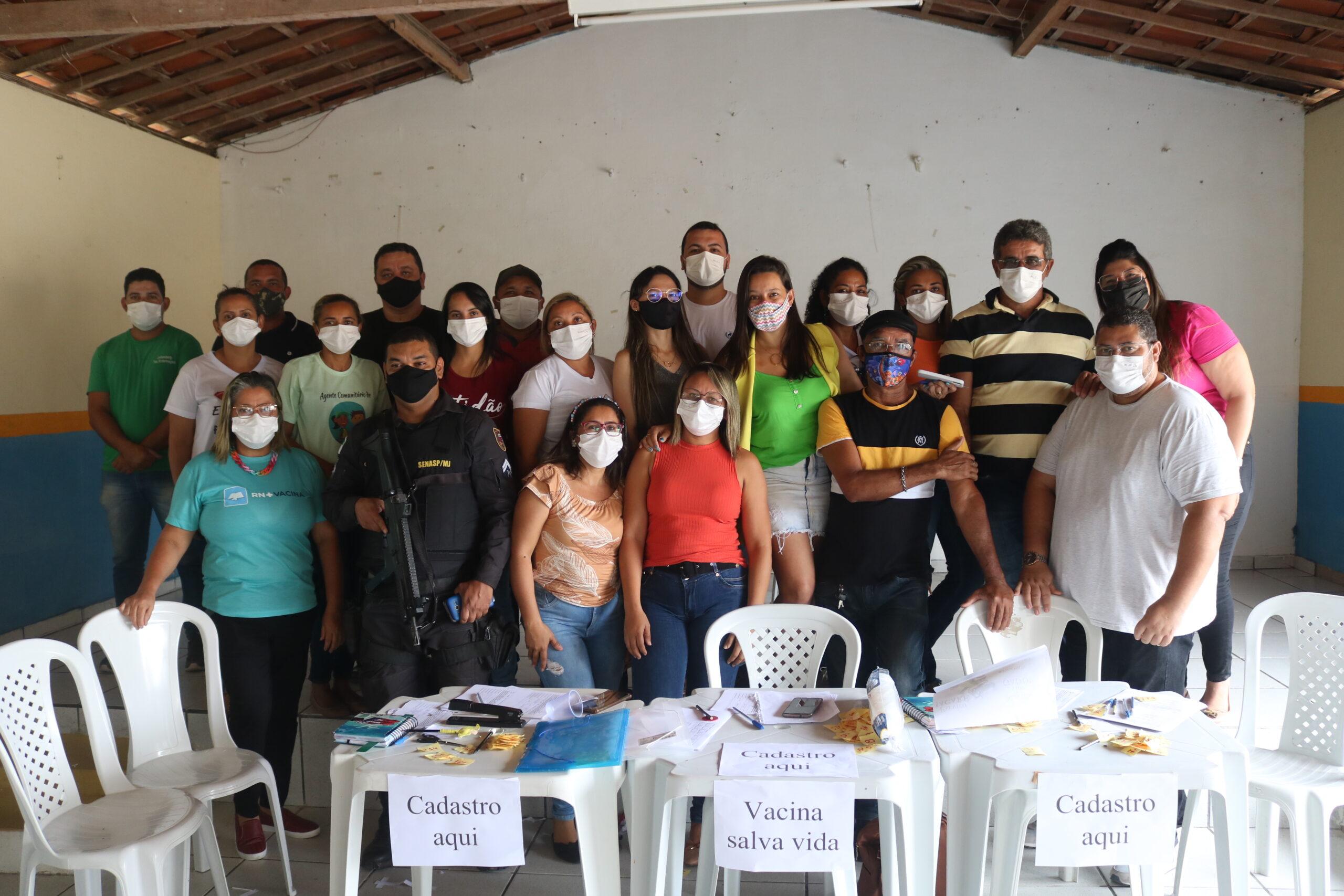 Equipe de profissionais comemoram vacinação contra a covid-19 para pessoas acima de 18 anos em Bento Fernandes